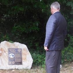 Lakewood Mayor Don Anderson views the Griggs House Marker